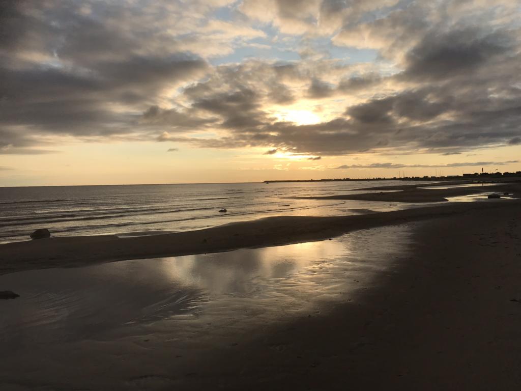Auringonlasku meren rannalla rauhoittaa mun autonomisen hermoston. Kuva Anu Miettinen